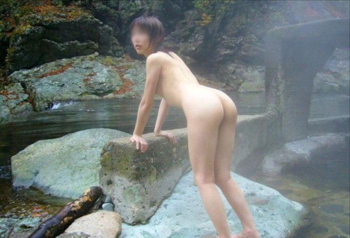 【温泉エロ画像】カメラのせいで露出行為扱いw温泉客の露天風呂ヌード(;´Д`)