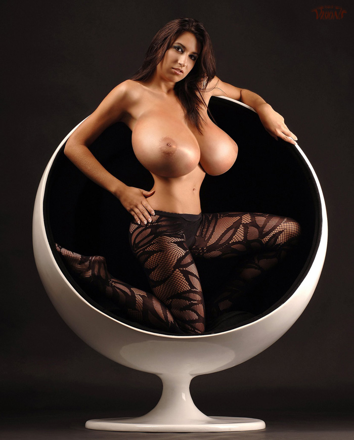 【海外爆乳エロ画像】圧倒的…重そうだから持ち上げてやりたい洋モノ超乳(;´∀`)