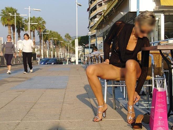 【ノーパンエロ画像】パンツ履かずに大胆に弱点アピール中な外人さん(*´д`*)
