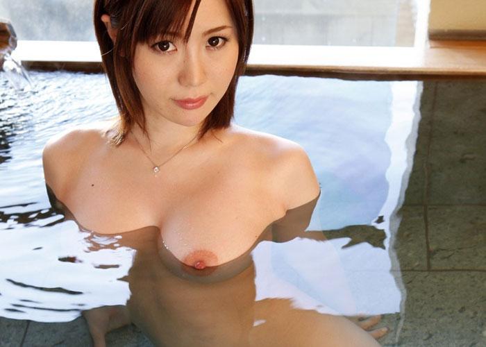 【入浴エロ画像】一緒に入って色んな汗流し合いたいw湯船の全裸お姉さん(*´Д`)