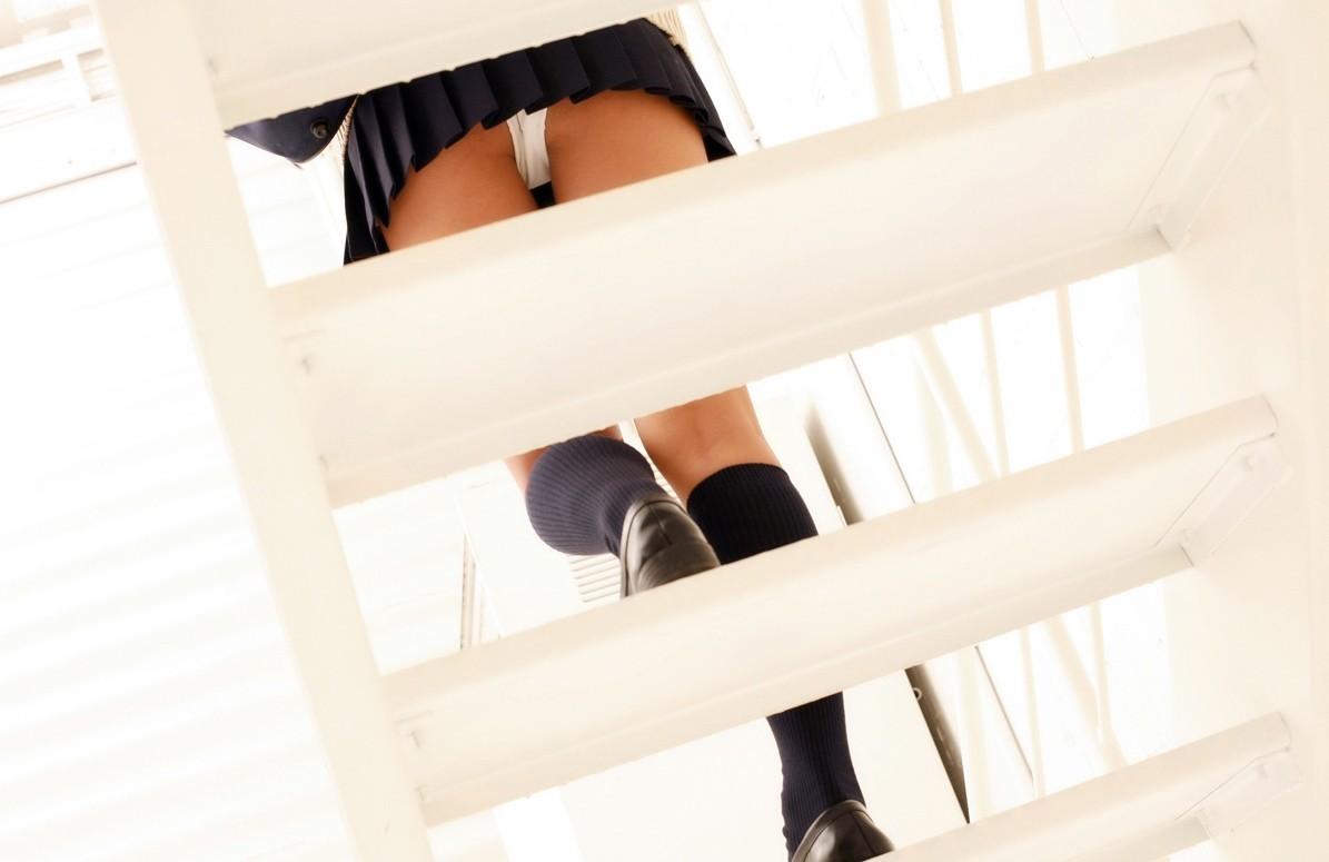 【パンチラエロ画像】ミニの中には甘酸っぱい…キュンキュンできそうな制服チラ見え(;´Д`)