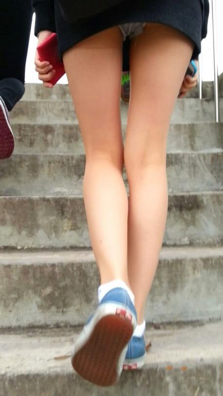 【パンチラエロ画像】ミニスカ生パンを見たら絶対に…努力のローアングルパンチラ(;´Д`)