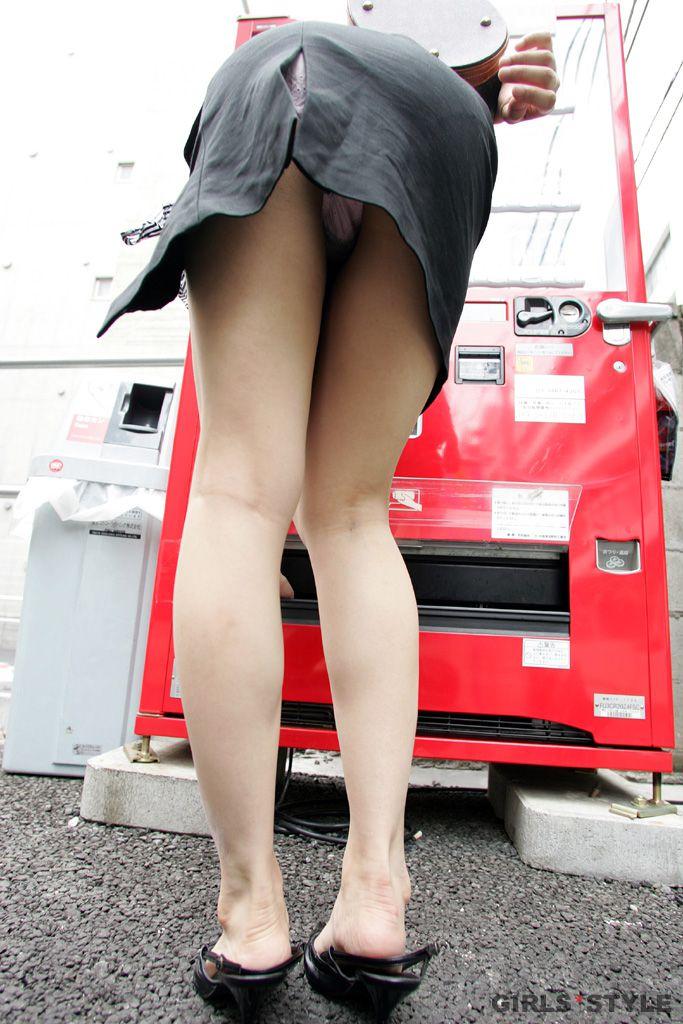 【パンチラエロ画像】履いた時点で決まってた事…見えるべきミニスカパンチラ(;・∀・)