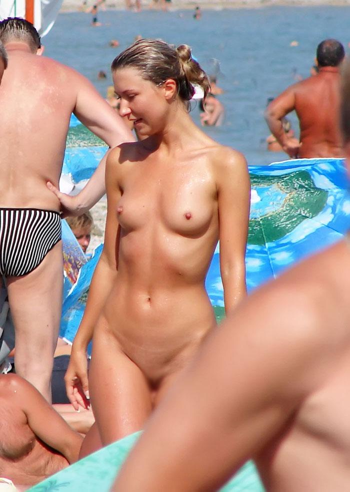 【海外エロ画像】こんな若い美女まで…出し惜しみする人皆無なヌーディストビーチ(;´Д`)
