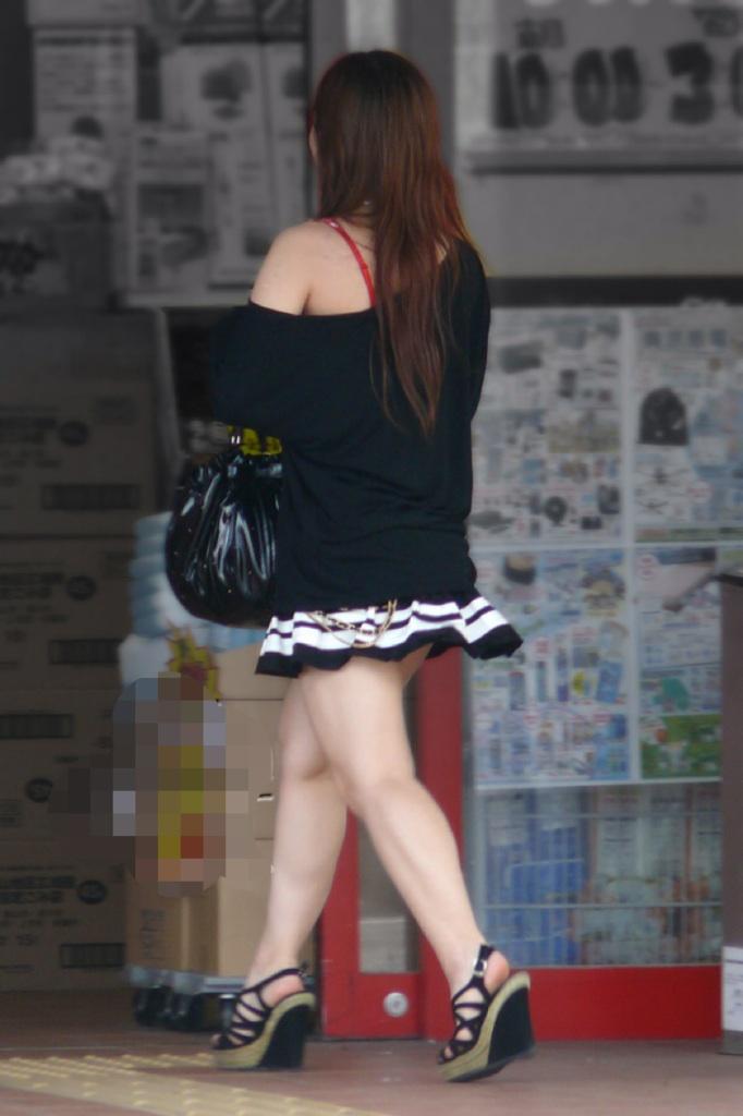 【美脚エロ画像】たまにこんな自爆チラがあるから惹かれる街のミニスカ美脚(*´Д`)