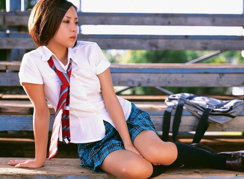 【JKエロ画像】制服とミニが引き立てるムッチリ美脚!太もも眩しいJKたち(*´Д`)