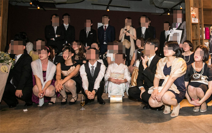 【パンチラエロ画像】笑いのネタ用にわざと?記念写真に1人はいるパンチラさん(;´Д`)