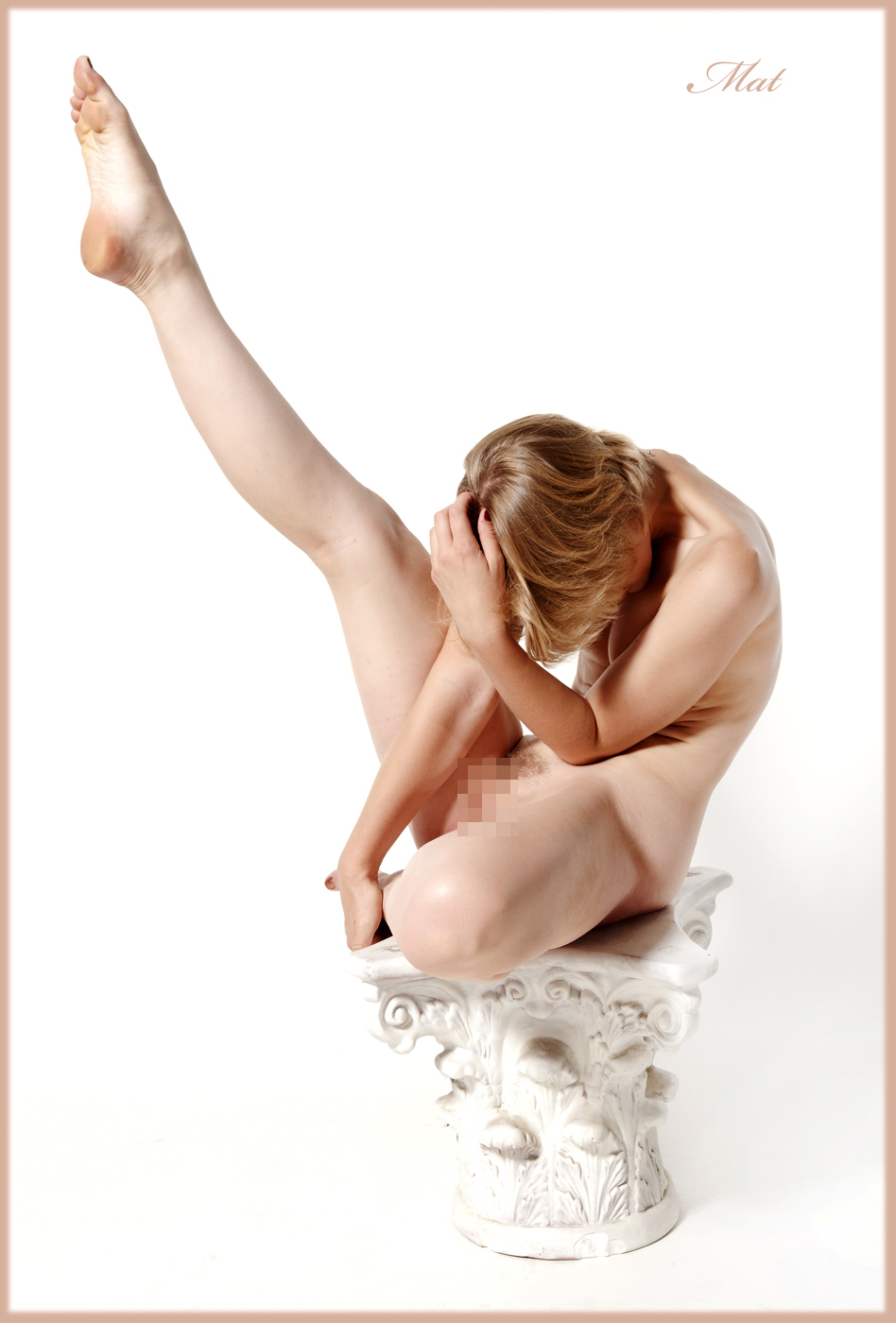 【軟体エロ画像】豪快に大開脚!アソコの奥によく届きそうな軟体美女の股間(;´Д`)