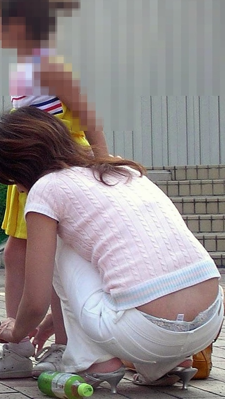 【ママチラエロ画像】初詣の場でも可能性アリw隙だらけママさんの下着撮り(;´Д`)