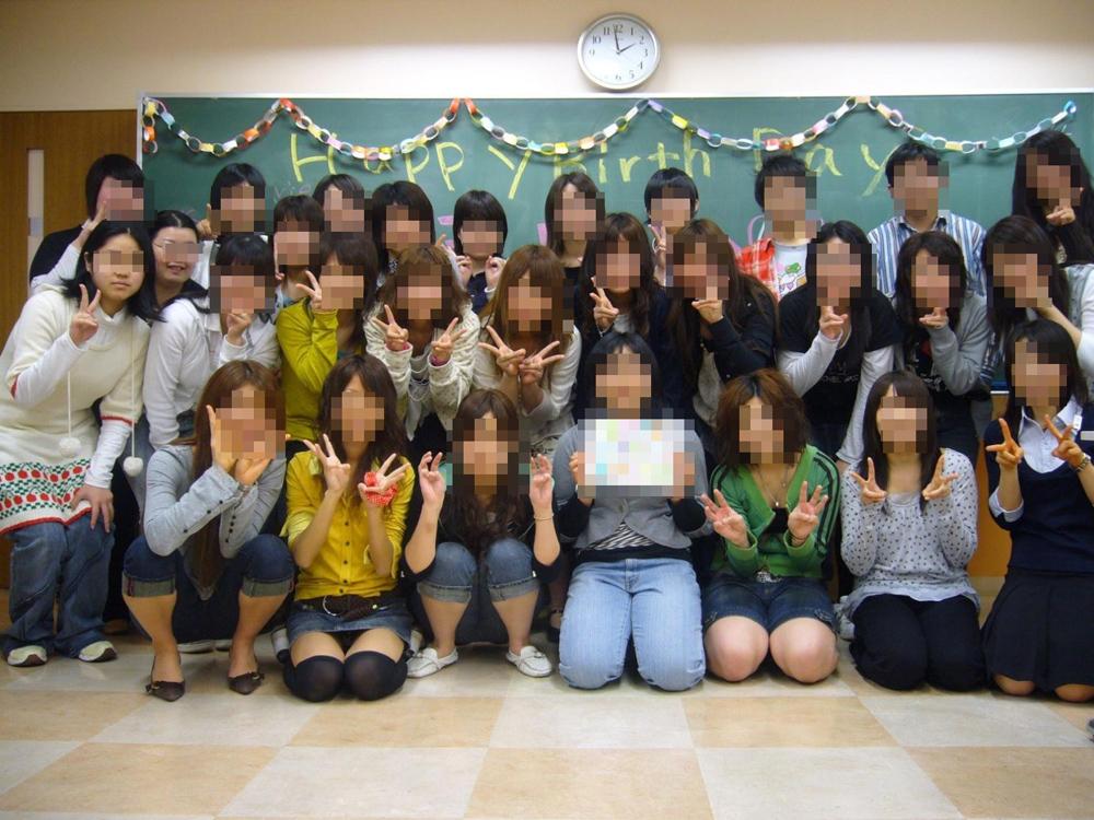 【パンチラエロ画像】年末年始のSNSに多い!?記念写真のうっかりパンチラ(;・∀・)