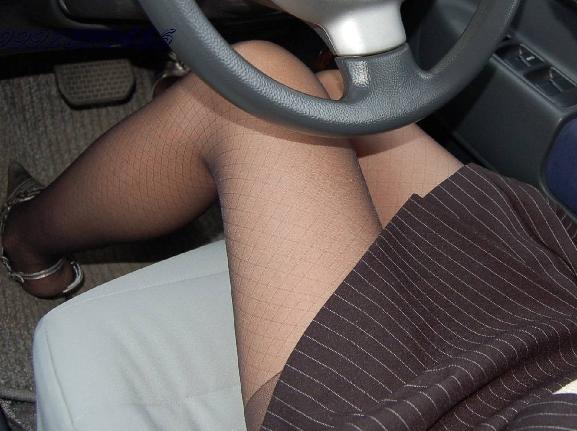 【太ももエロ画像】運転時のチラ見はご遠慮下さいw停止時なら自由の車内太もも(;・∀・)