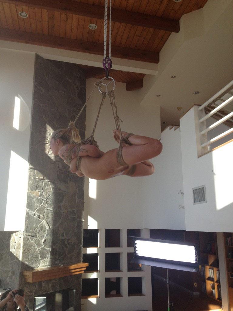 【SMエロ画像】縛った部分に重みが…放置でも苦行な宙吊り緊縛されたM女(;゚Д゚)