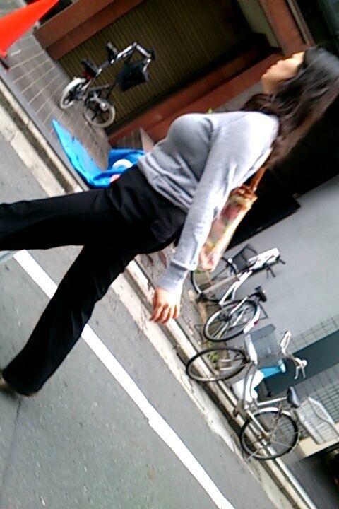 【着衣巨乳エロ画像】透視能力に目覚めてくれないかって思うw街の着衣おっぱい(;´Д`)