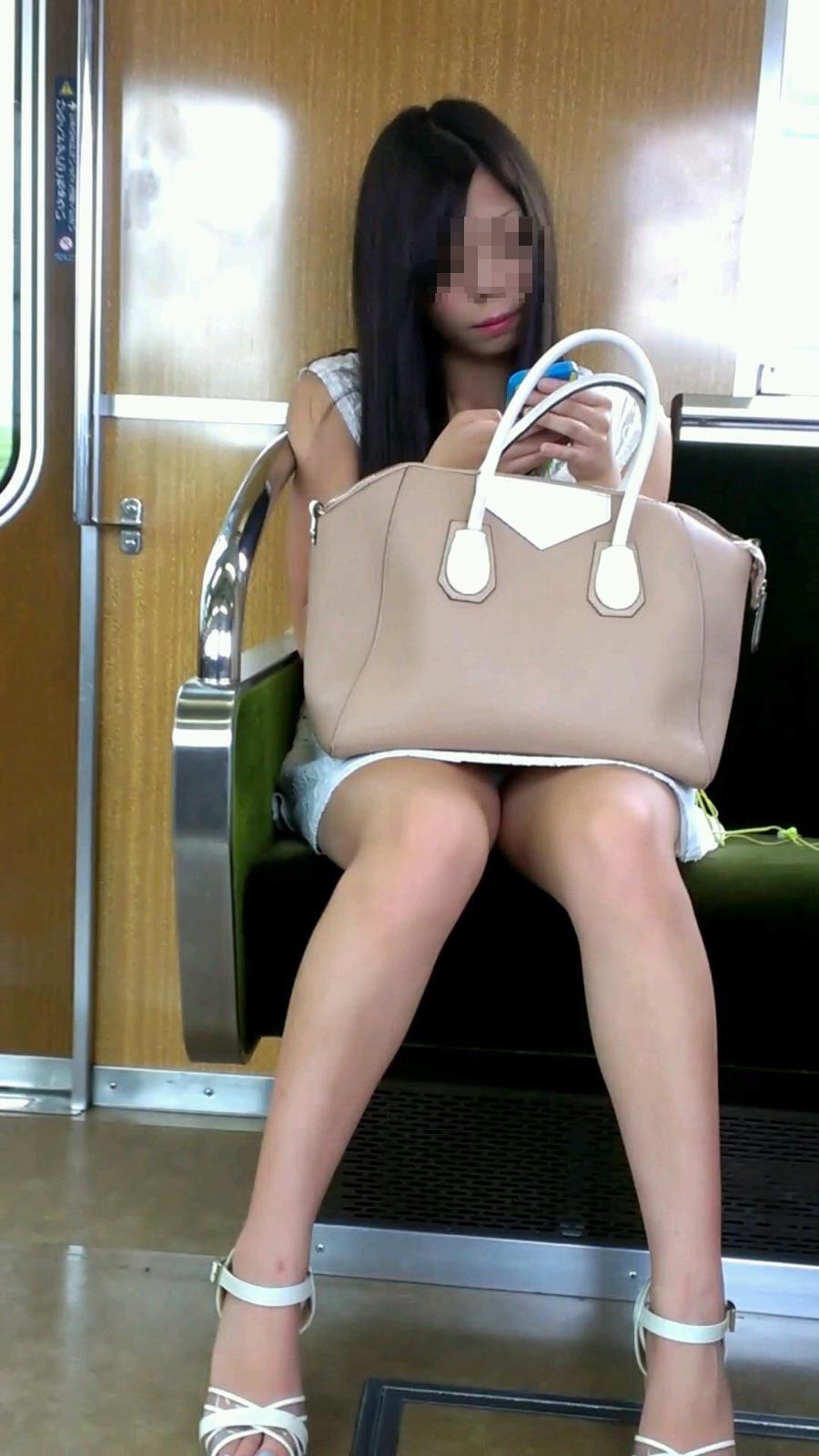 【パンチラエロ画像】そりゃ見ますともwがら空きの股間で誘う電車対面チラ(;´∀`)