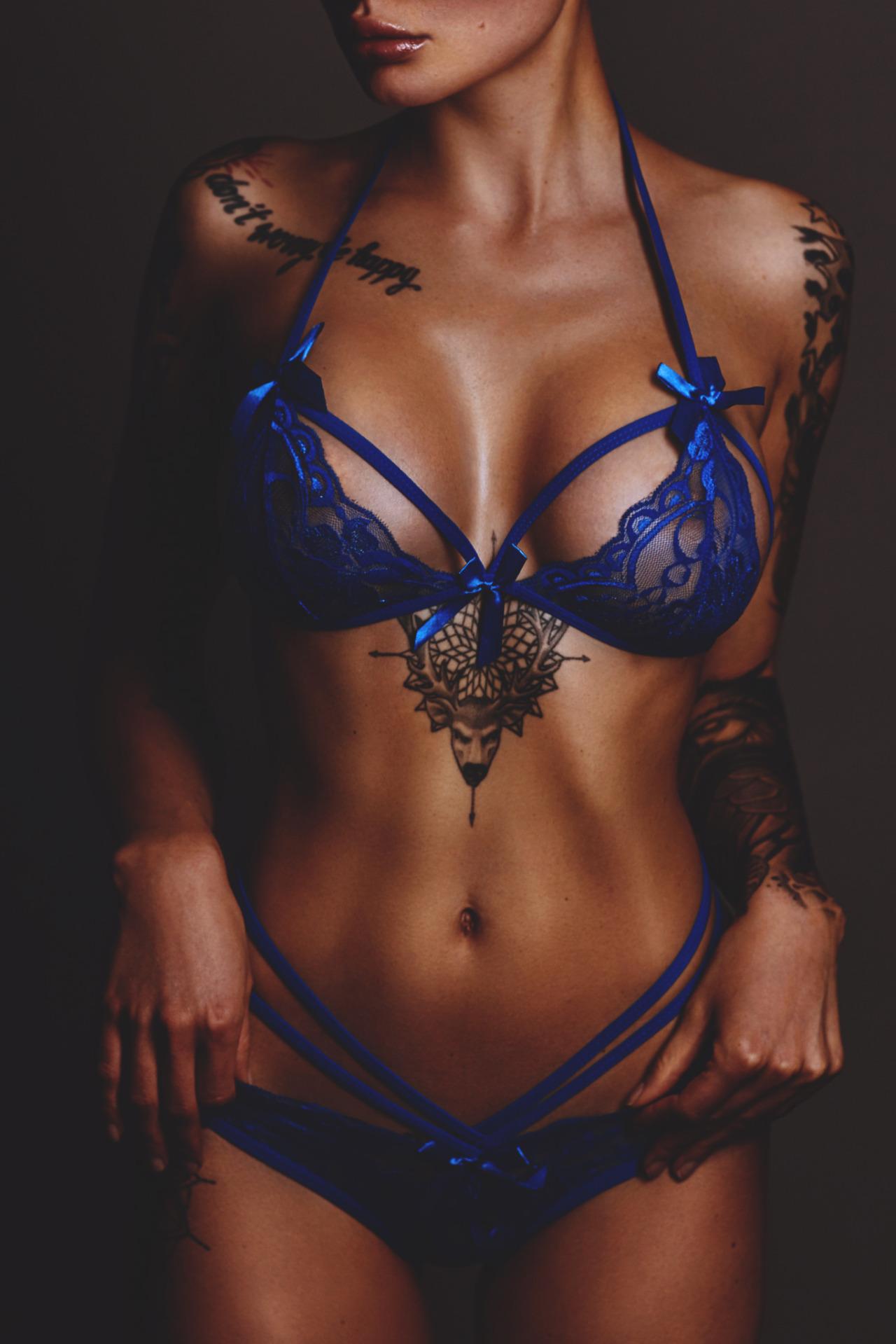 【タトゥーエロ画像】小さいの1つだけならいいけど…広がる程に困惑のタトゥー美女(;・∀・)