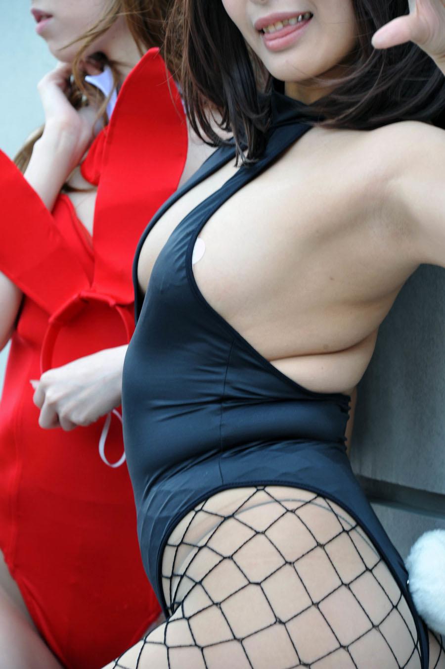 【コスプレエロ画像】冬でも熱気で汗まみれ期待wレイヤーさんの腋に大接近(*´Д`)