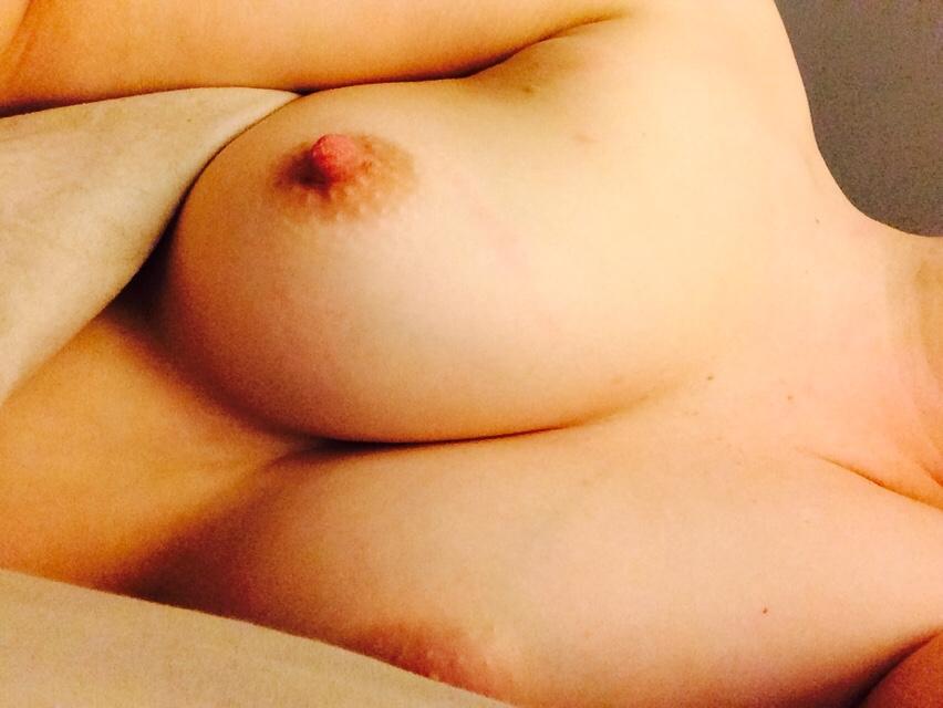 【自撮りエロ画像】切り札を簡単に見せ過ぎな海外女神達の生乳自撮り(*´д`*)