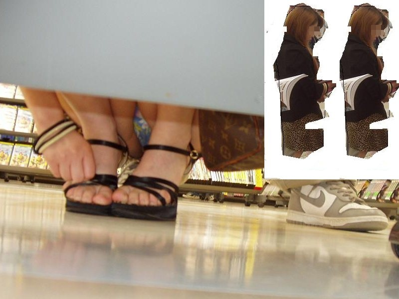 【パンチラエロ画像】店内の棚下はお楽しみいっぱい!反対側の丸見えパンツを狙い撃ち(*´Д`)
