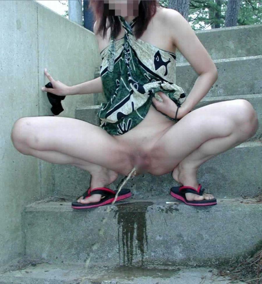 【放尿エロ画像】大の大人にさせるから価値ある女の放尿をじっくり鑑賞(*´д`*)
