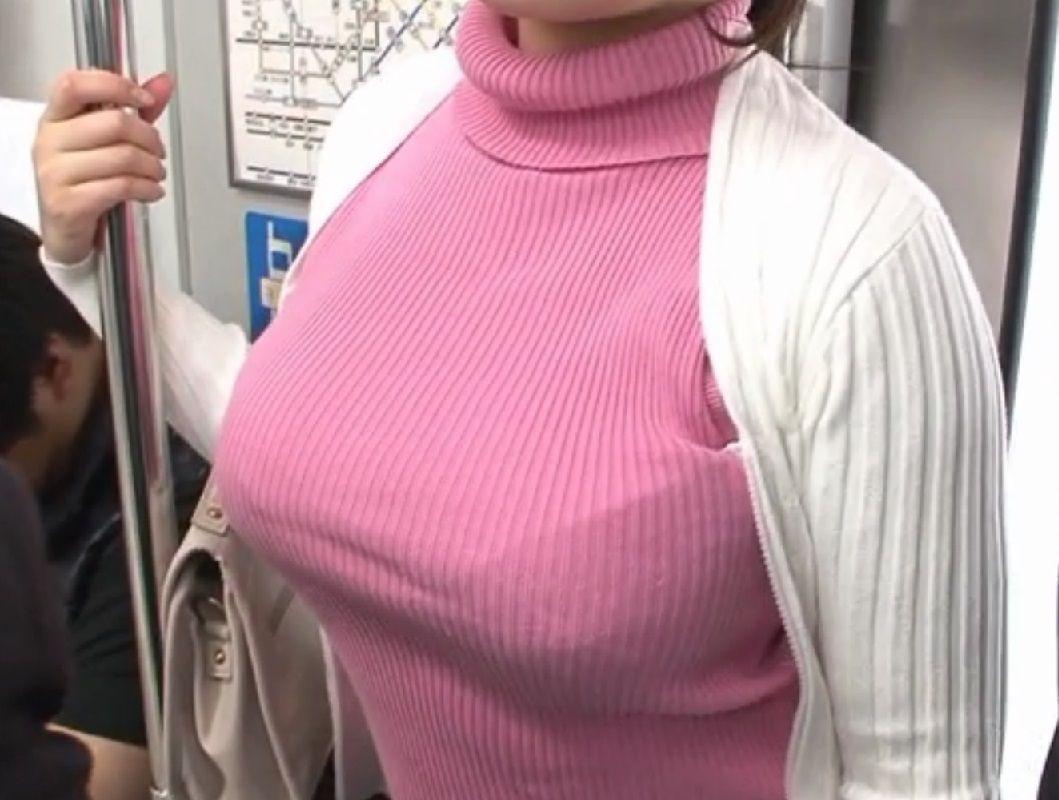 【巨乳エロ画像】攻め派なおっぱいさんは街でも堂々と着衣巨乳を見せつけ過ぎ(*´Д`)