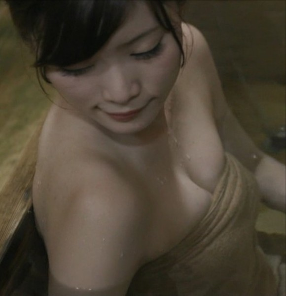 秘湯ロマンで橋本真帆(23)の乳チラ入浴