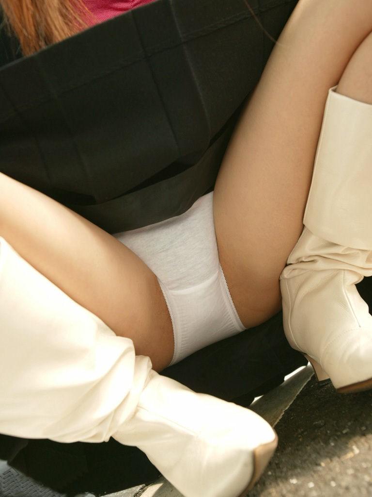 【股間エロ画像】膨らみが土手と肉厚を示している…女子の股間に大接近!(;´Д`)