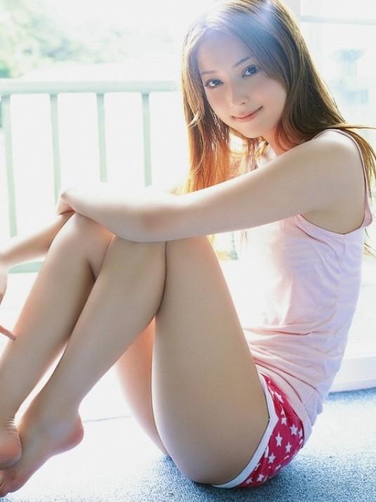 【太ももエロ画像】立膝座りでムッチリ度アップした超エロ太ももに接近!(;´Д`)