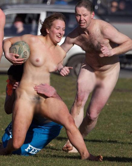 【海外エロ画像】流した汗もたっぷり落ちるw全裸で運動に励む外人さん(*´д`*)