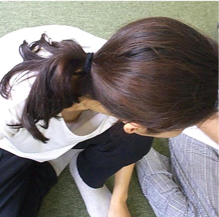 【胸チラエロ画像】影か現物か!?見極めて喜びたい乳頭チラ見え(;´Д`)
