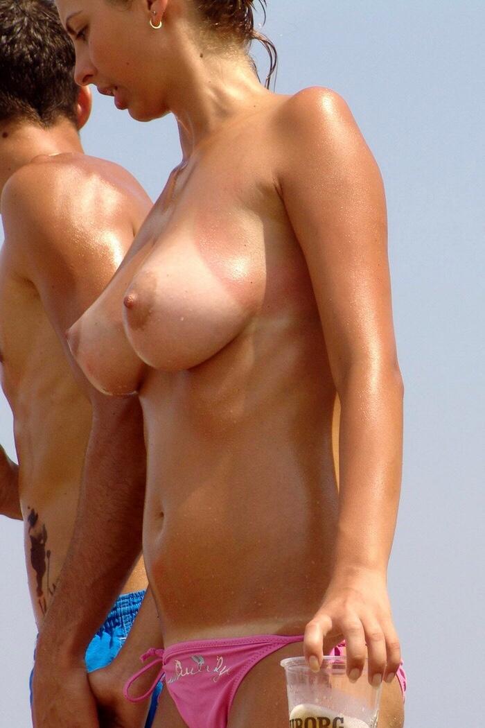 【日焼けエロ画像】真っ白なのがより卑猥w日焼けあと眩しい外人さんの乳とお股(;・∀・)