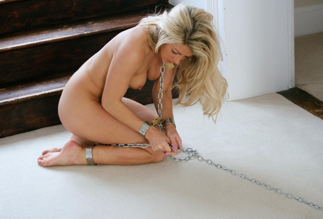 【拘束エロ画像】決して外せない戒めに囚われた、鎖で拘束中のM女さん(;´Д`)