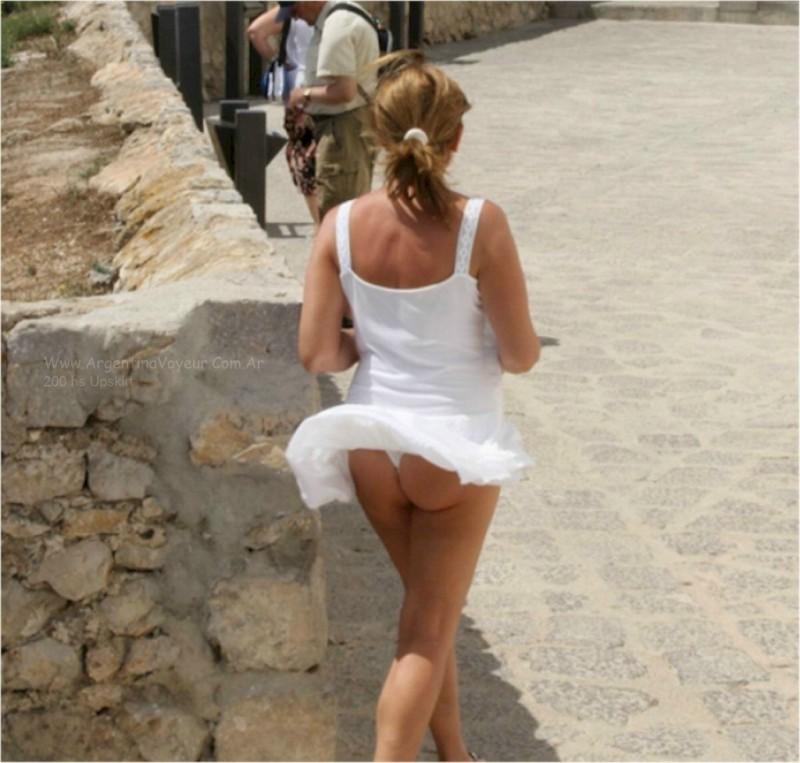 【パンチラエロ画像】強いの待ってますwスカートを捲り上げる奇跡の風が吹いた瞬間(;´∀`)