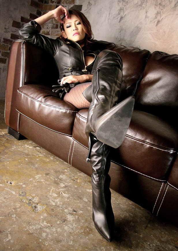 【SMエロ画像】ヒールも高くて威圧的wロングブーツが似合う女王様(;゚Д゚)