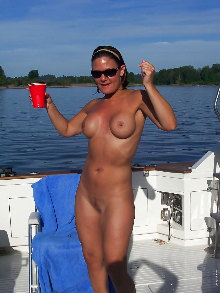 【海外エロ画像】ビーチがダメなら船上で!沖にいたムッチリヌーディスト(;´Д`)