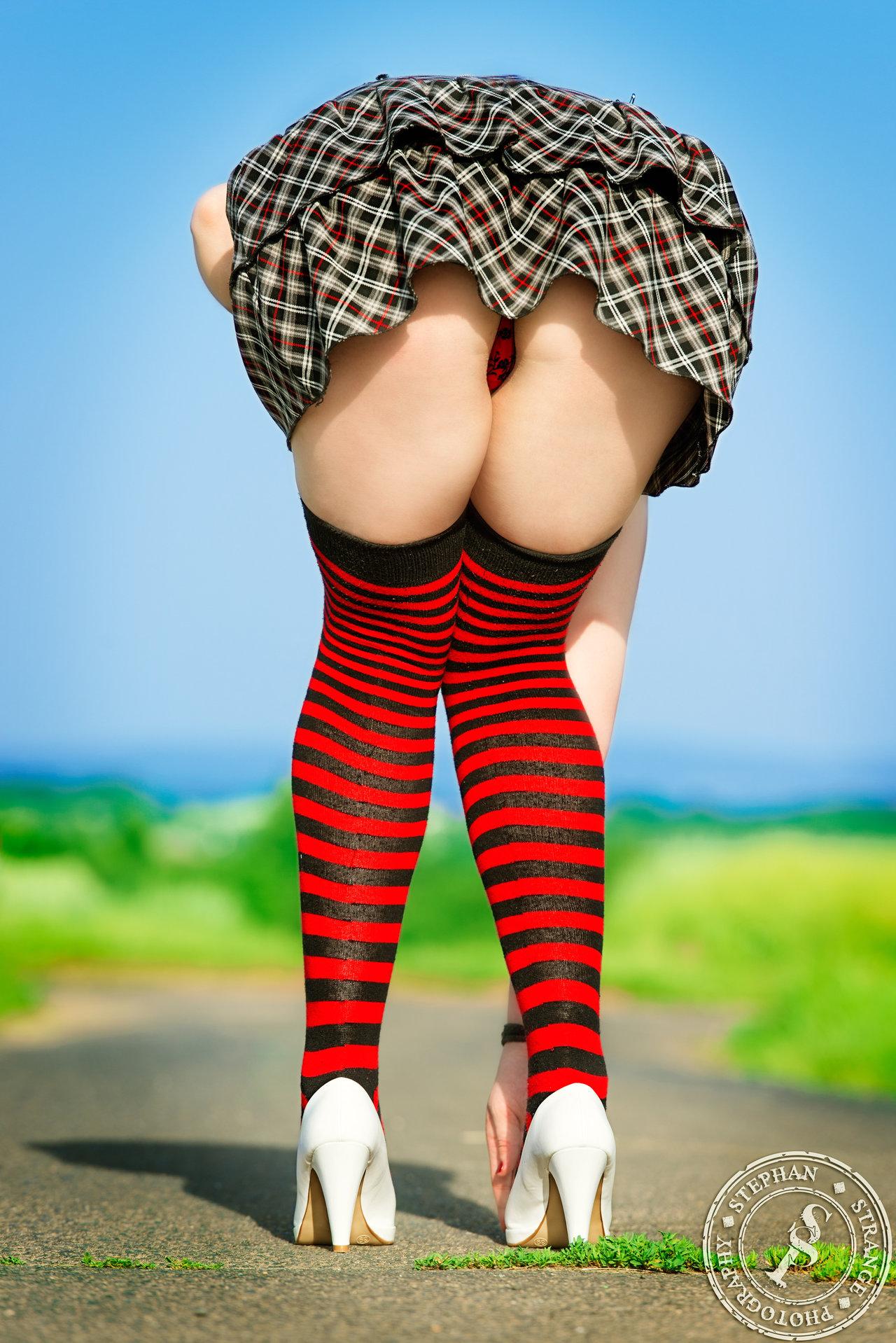 【美尻エロ画像】ミニスカにTバック尻!最高過ぎる組み合わせの丸出し誘惑(;´Д`)