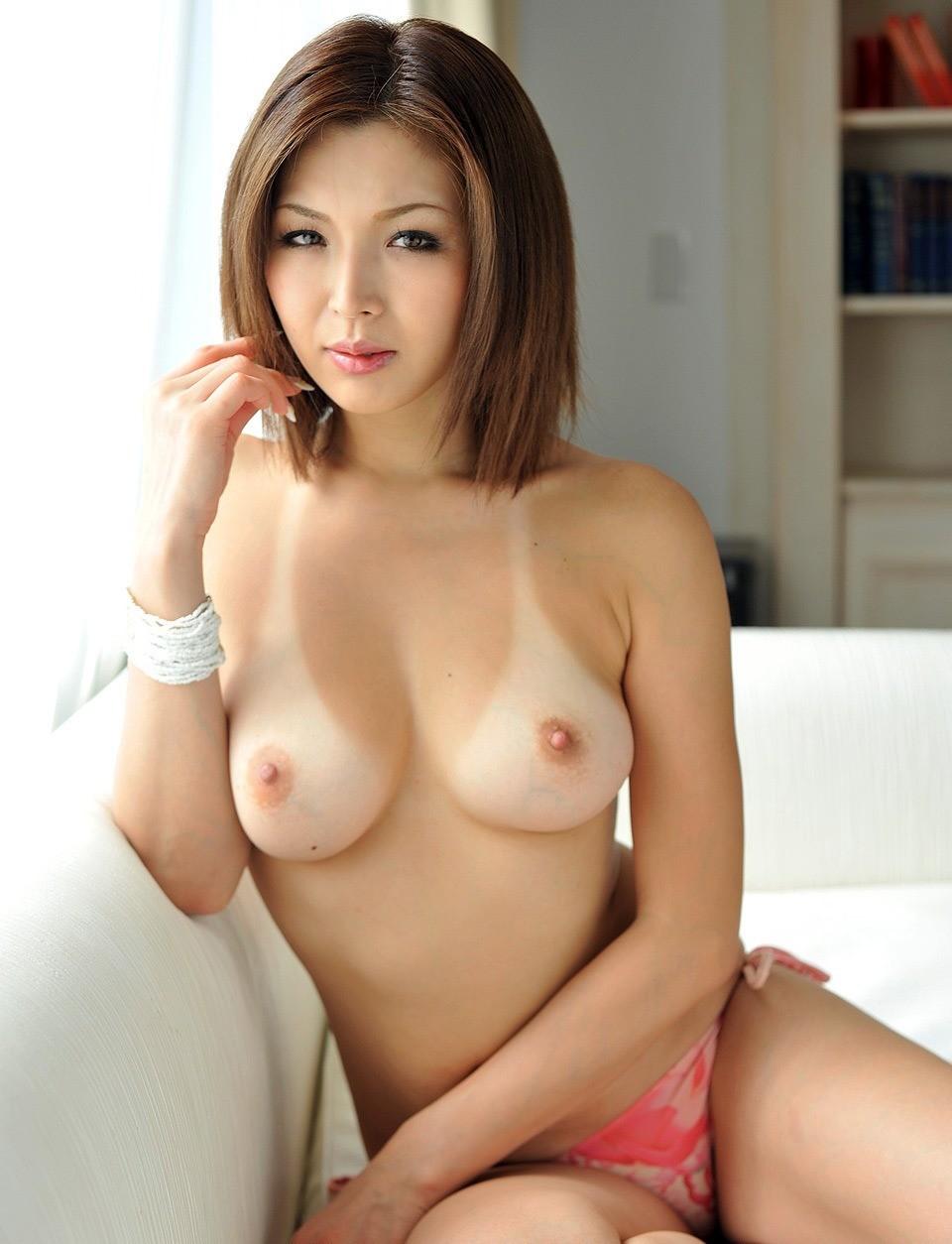 【日焼けエロ画像】貴重な白おっぱい!通常の3倍卑猥な日焼け済の女体(;´Д`)