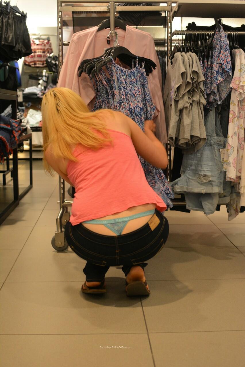【ローライズエロ画像】ファッションと恥が紙一重なローライズハミ出しT(*´д`*)