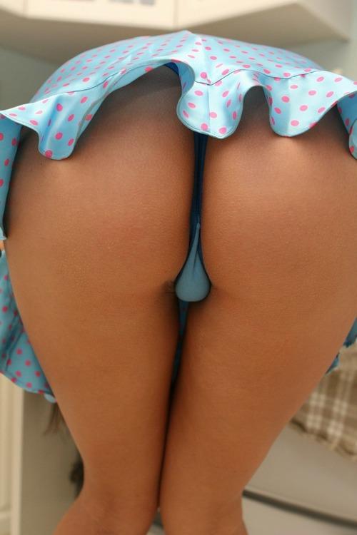 【ミニスカエロ画像】覗く後ろめたさは不要w気にせず見放題なパンモロ状態(;´Д`)
