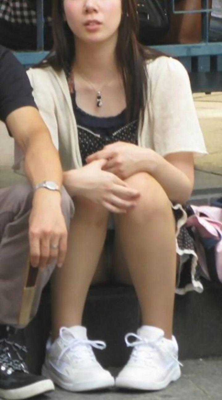 【パンチラエロ画像】勝手に見せているから見ましょう一般人の座りチラ(;´Д`)