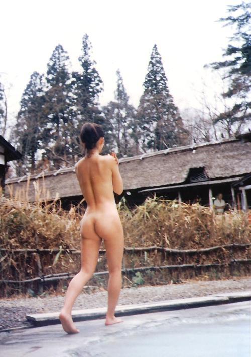 【露出エロ画像】脱ぎたくなったら死角見つけてどこでも露出する変態さん(;^ω^)