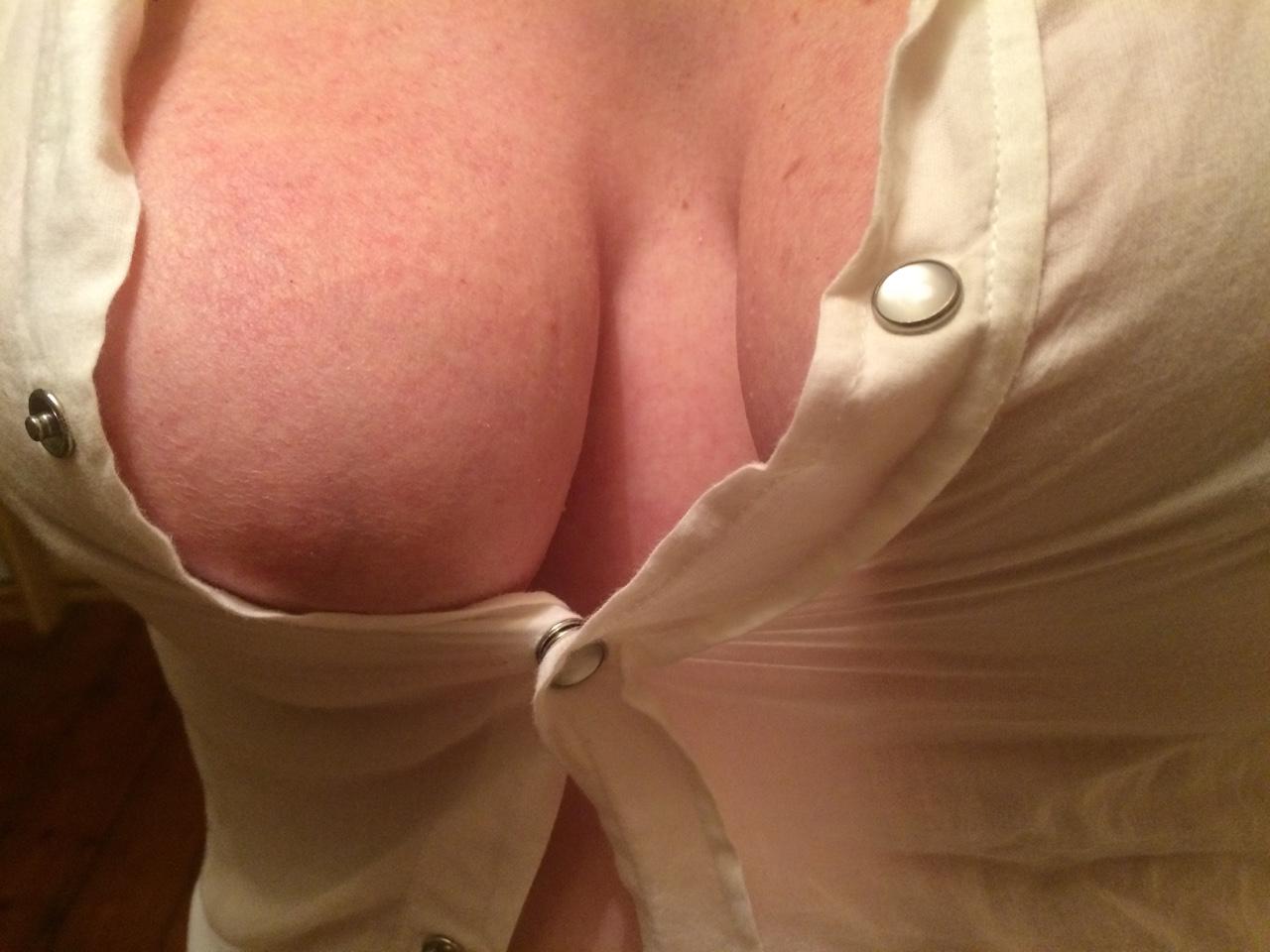 【ハミ乳エロ画像】あと少しが叶わない…乳首が見たいのに見えない寸止めおっぱい(;・∀・)
