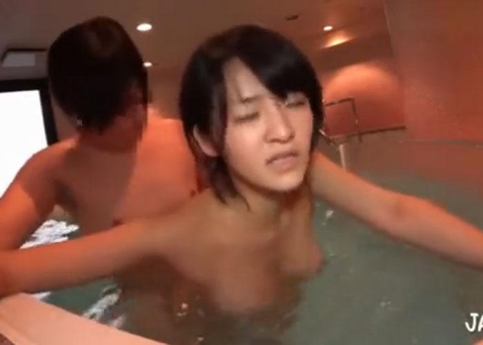 【エロ動画】夫そっちのけで不倫旅行で燃え上がるスレンダー若妻(;゚∀゚)=3 02