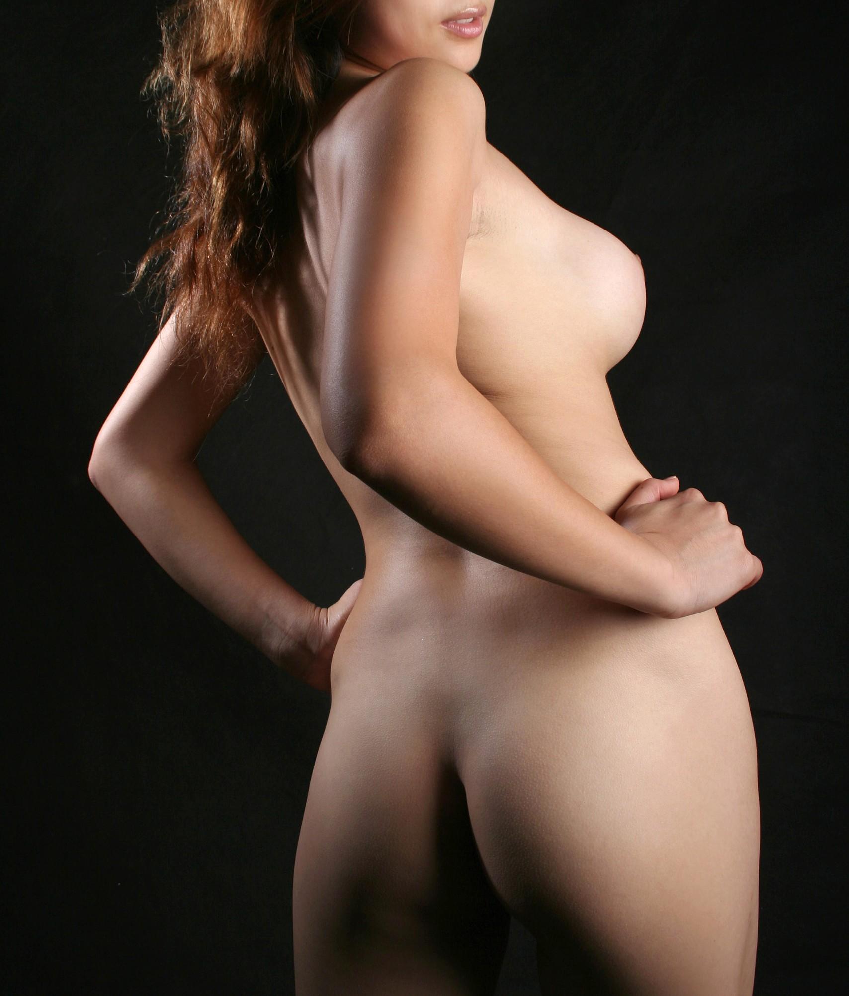 【後ろ姿エロ画像】背骨からワレメにかけて舌を…綺麗すぎる美女の背中とお尻(;´Д`)