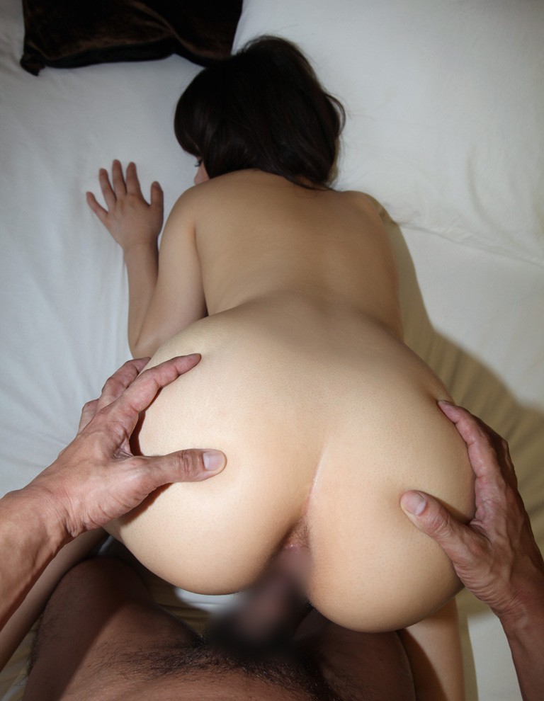【性交エロ画像】この体勢では尻を愛しましょうw野獣の如きバックハメ(;´Д`)