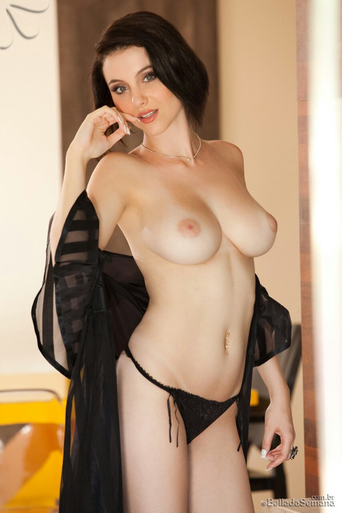 【乳頭エロ画像】黒くなるまで独占したい!うっすらピンクの美味しそうな乳首(;´Д`)