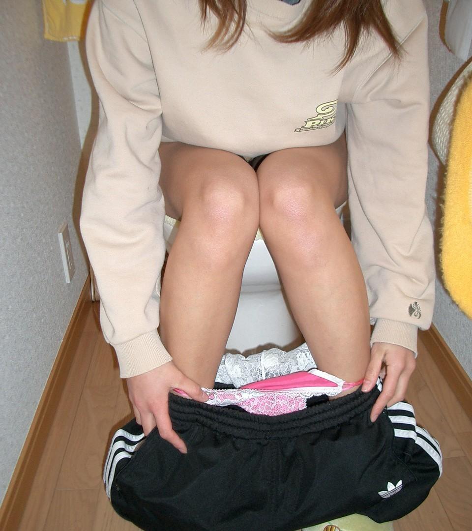 【トイレ女子エロ画像】出してるとこ失礼して見させてもらったトイレのお姉さん(;゚Д゚)