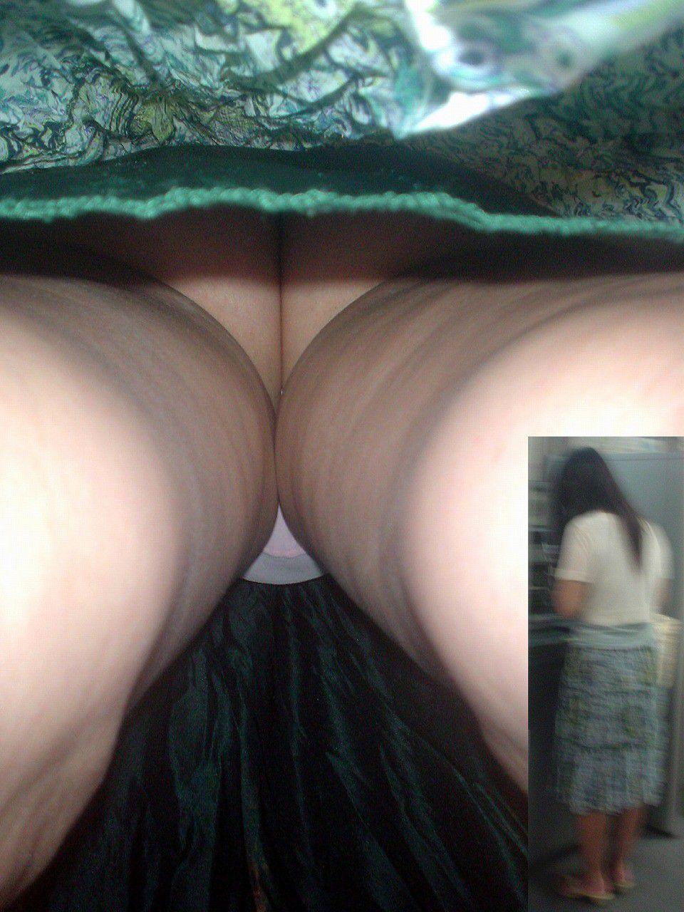 【パンチラエロ画像】下着だけじゃ満足できないから逆さ撮りで尻ごと激写(;´Д`)