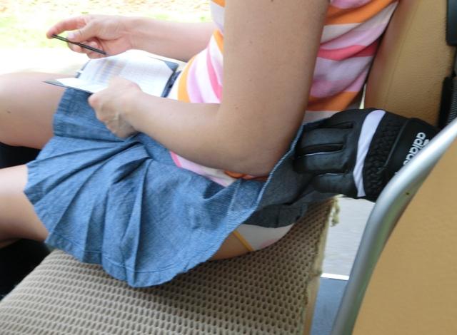 【パンモロエロ画像】友達同士でも洒落にならん悪戯wスカート捲りでパンツ丸出し(;´Д`)
