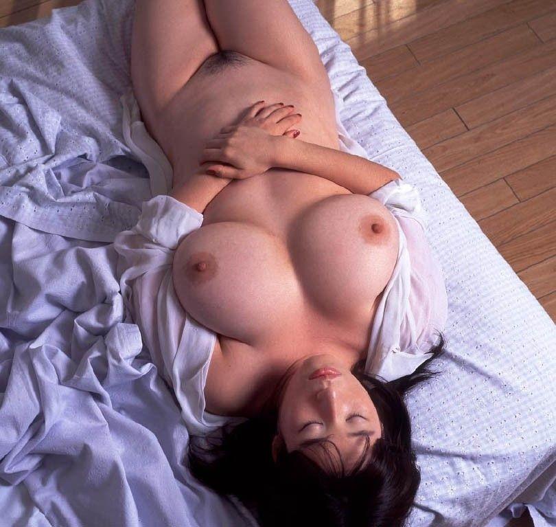 【寝姿エロ画像】起こしてでもヤリたくなる…裸で寝ている無防備女子(*´д`*)