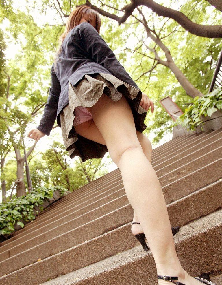 【パンチラエロ画像】上る姿があれば見上げてゲット!ローアングルパンチラ(*´Д`)